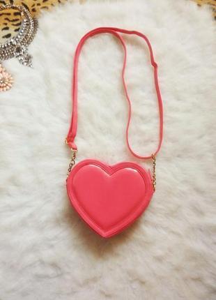 Новая яркая розовая сумка кросс боди сердечко с длинным ремешк...