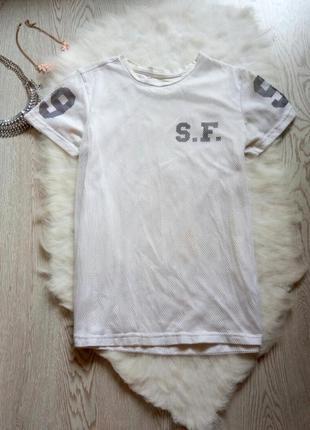 Белая длинная футболка с сеткой, черными надписями и цифрами