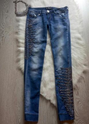 Светлые синие джинсы со стразами ,камешками и шипами украшениями