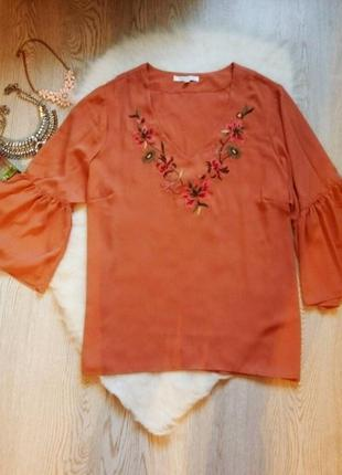 Бежевая песочная блуза с вырезом декольте,цветочными нашивками...