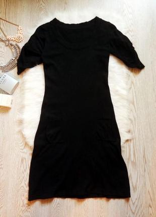 Черное вязанное платье с вырезом декольте,короткими рукавами и...