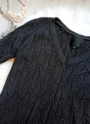 Теплое серое вязанное платье с глубоким вырезом декольте длинн...