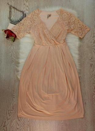 Нарядное бежевое персик пудра платье с вырезом декольте и ажур...