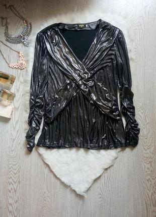 Серебристая блуза с глубоким вырезом декольте и металлическим ...