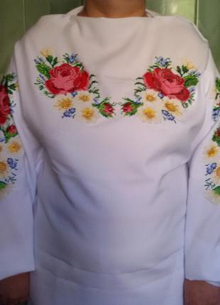 Женская вышиванка ручной роботы вышитая бисером Розы и ромашки