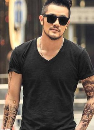 Черная мужская футболка натуральный хлопок с вырезом спереди