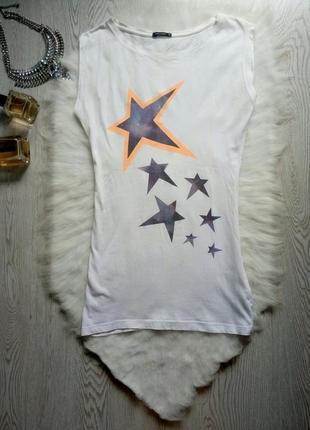 Белая длинная майка футболка с принтом рисунком звездами туник...
