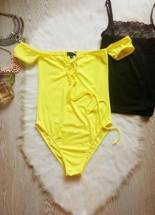 Яркий желтый сдельный купальник со шнуровкой рукавами открытые...