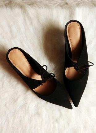 Черные замшевый мюли босоножки на низкой каблуке и шнуровкой д...