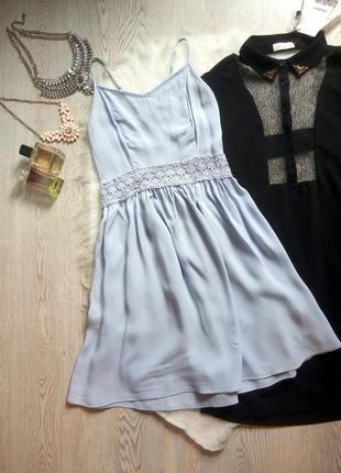 Голубое короткое натуральное платье с бретелями и ажурной вста...