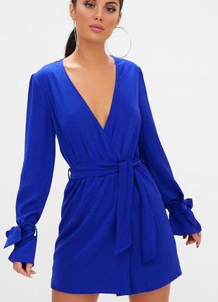 Синее шелковое атласное платье на запах с вырезом декольте дли...