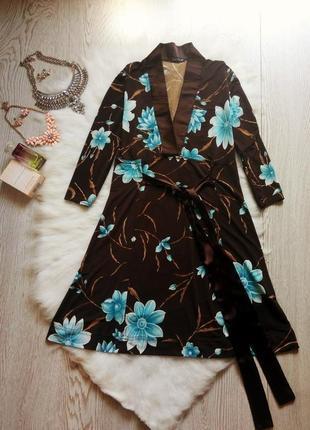 Коричневое приталенное платье в цветочный принт вырез декольте...