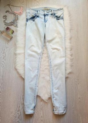 Светлые голубые джинсы с резинками стрейчевые белые джоггеры с...