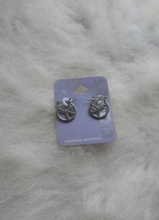 Серебристые круглые маленькие средние сережки с камнями страза...