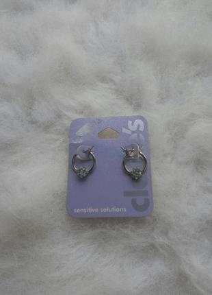 Серебристые круглые маленькие сережки с камнями стразами цвето...