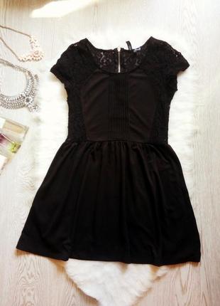 Черное короткое платье с гипюром ажурные вставки по бокам и сп...