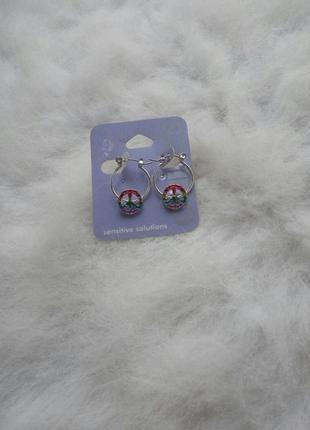 Серебристые круглые маленькие средние сережки с цветными камня...