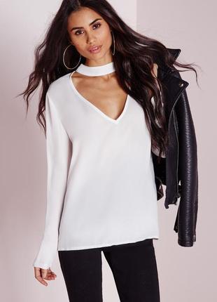 Белая длинная блуза рубашка с чокером глубоким вырезом декольт...