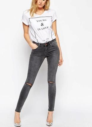 Серые джинсы скинни узкачи с необработанным краем и дырками на...