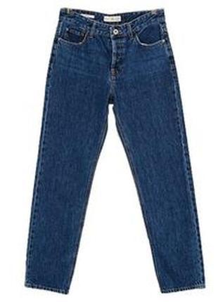 Плотные синие джинсы с подворотами и необработанным краем сниз...