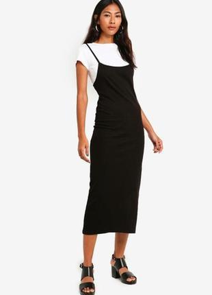 Черное платье миди с бретелями в рубчик с белой футболкой кроп...
