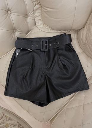 Чёрные кожаные шорты с завышенной талией