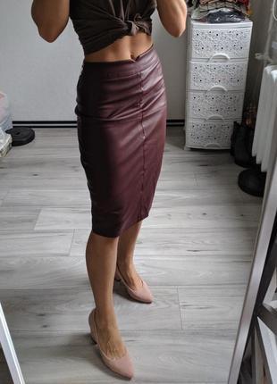 Эффектная бордовая юбка под кожу, юбка ниже колен