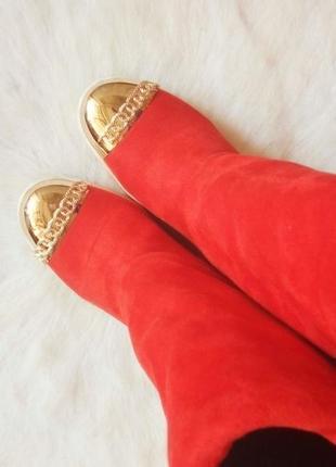 Красные замшевые зимние сапоги с белой подошвой золотым носком...