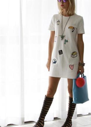 Белое короткое платье футболка с патчами нашивками zara спорт ...