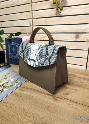 Красивая сумочка-клатч коричневого цвета со змеиным коапаном