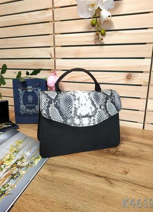 Красивая сумочка-клатч черного цвета со змеиным клапаном