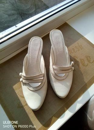 Белые кожаные мюли бренда jolyne.