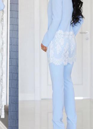 Голубой костюм с кружевом