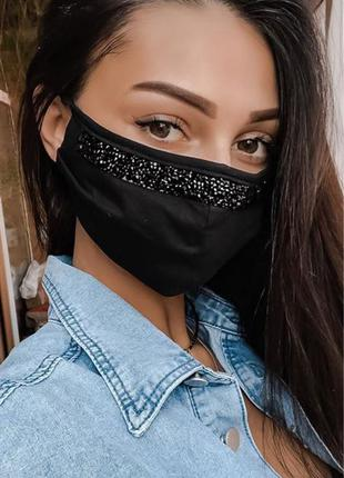 маска чёрными камнями