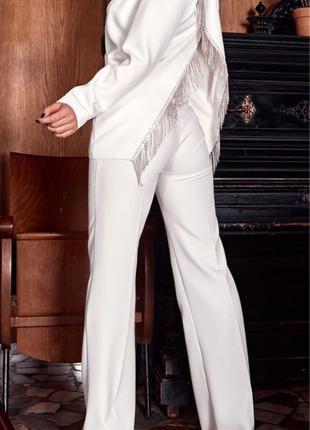 Белый брючный костюм с камнями
