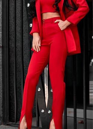 Красный брючный костюм тройкп