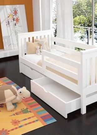 Кровать с ящиками и перилами.