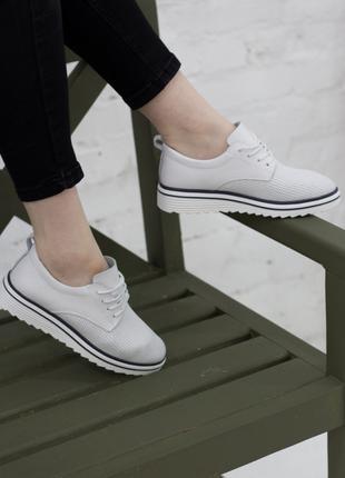 Женские кроссовки белые Saffi