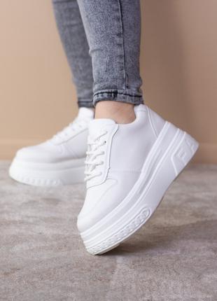 Женские кроссовки белые Bowser