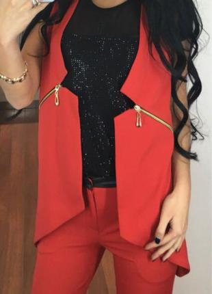 Красный костюм с жилеткой