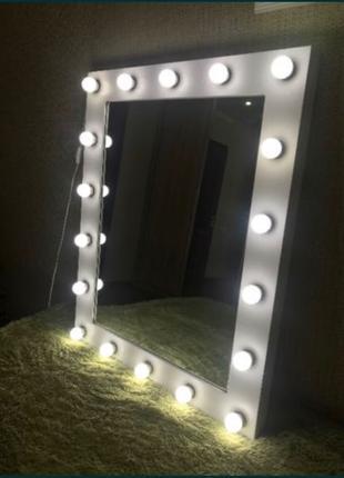 Дзеркало з лампочками макіяжне