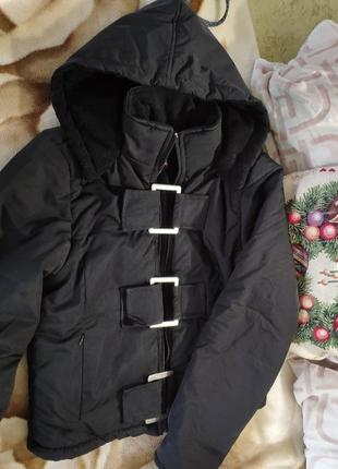 Женская черная зимняя укороченная куртка пуховик с капюшоном п...