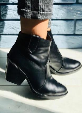 Трендовые ботинки женские казаки