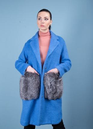 Яркое и стильное пальто шерсть с карманами из натурального мех...