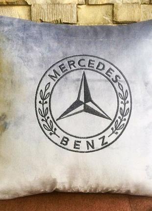 Авто подушка с вышитым логотипом Мерседес