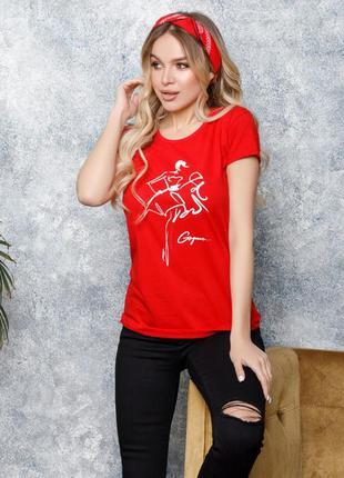 Красная трикотажная футболка с принтом
