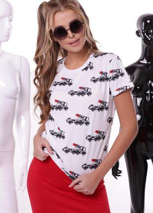 Белая футболка с принтом -красная помада