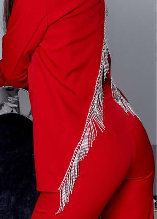 Красный брючный костюм с камнями