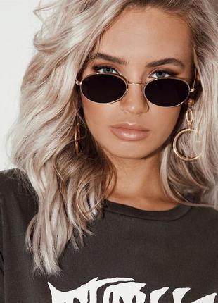 Овальные солнцезащитные очки в металлической оправе