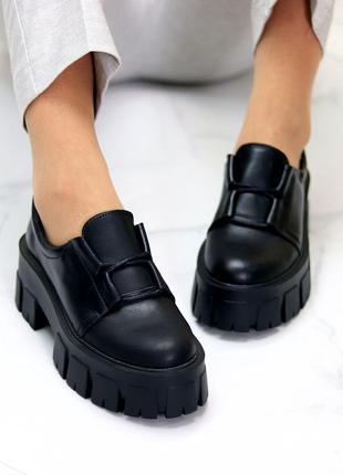 Женские чёрные кожаные туфли на тракторной подошве